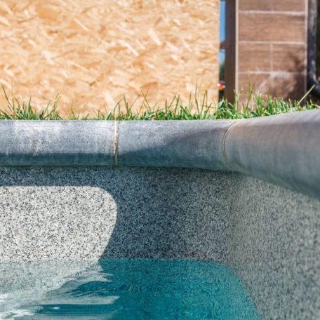 Копинговый камень в бассейне Briliant 77 | Цвет Smokey Quartz