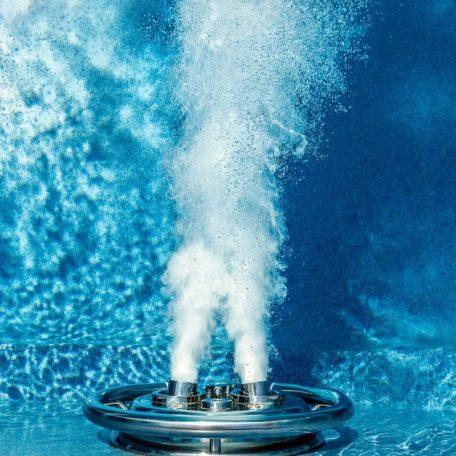 Противоток в действии создает искусственное течение, которое позволяет устраивать водные тренировки в собственном бассейне