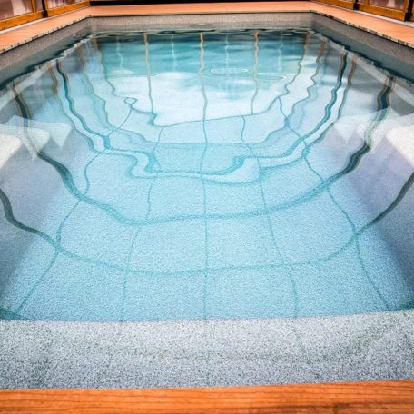 Бассейн из стекловолокна X-Trainer 58 от компании Compass Pools | Цвет Smokey Quartz
