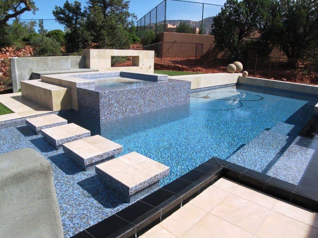 Современный бетонный бассейн