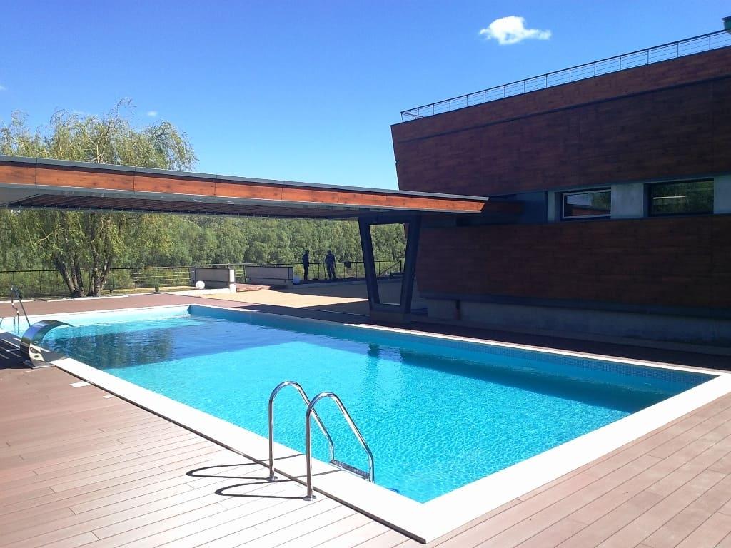 Бетонный бассейн с террасой