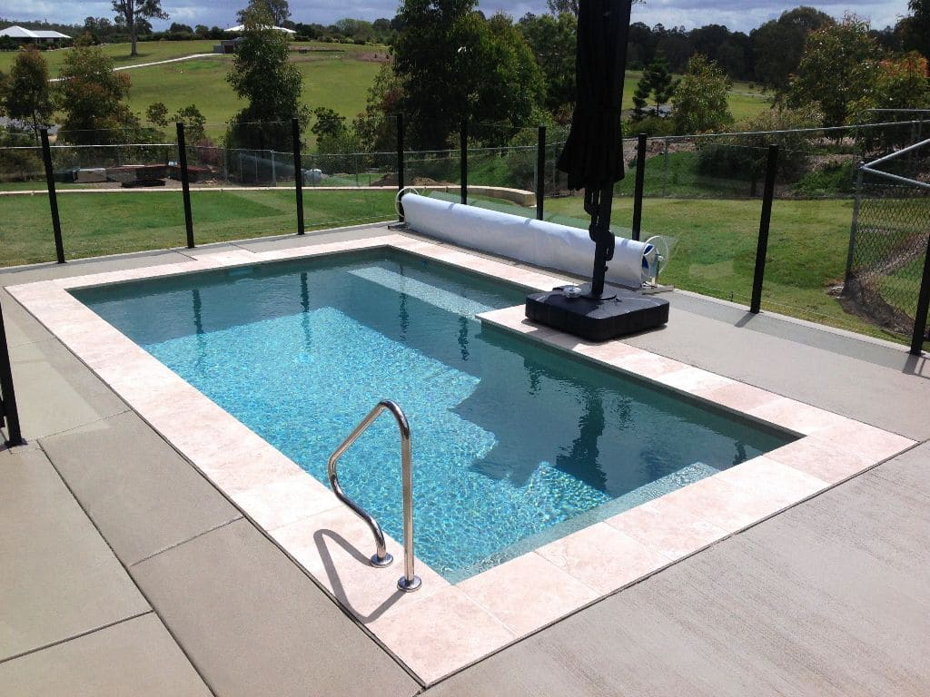 Небольшой бетонный бассейн