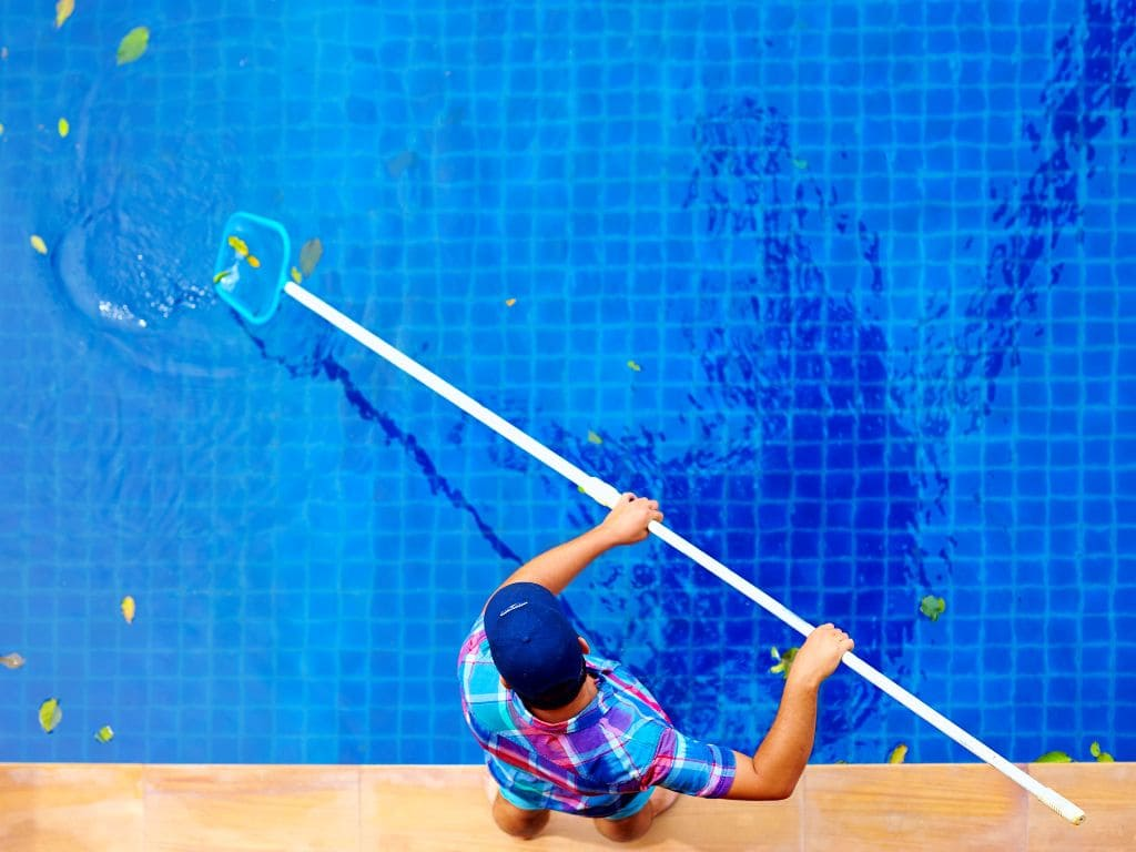 Уборка бассейна сачком