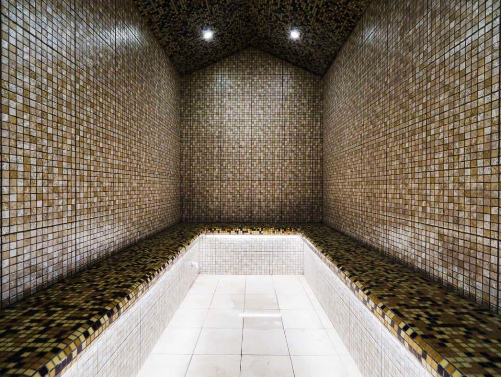Простой хамам с отделкой плиткой под мозаику