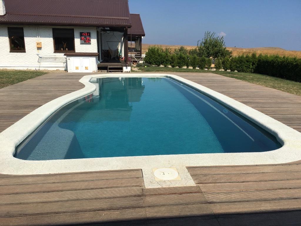 Чаша бассейна Compass Pools из стеклопластика с применением керамического слоя