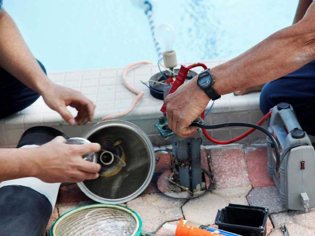 Замена прожектора в бассейне