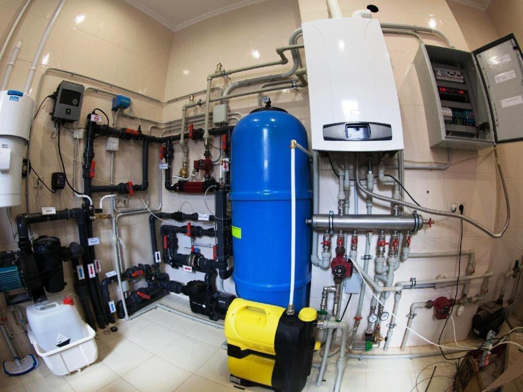 Система водоподготовки бассейна в техническом помещении