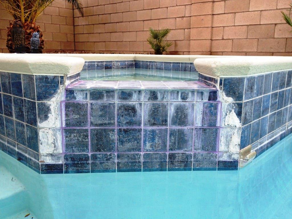Повреждение плитки в бассейне