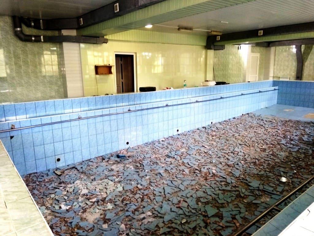 Демонтаж плитки бассейна
