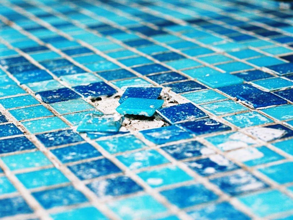 Отслаивание мозаики в бетонном бассейне