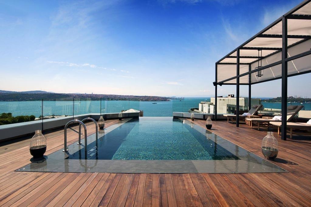 Переливной бассейн на крыше отеля в Стамбуле