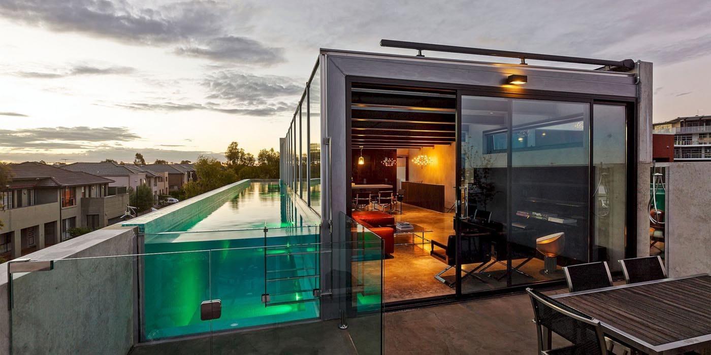 Бассейн со стеклянной стеной на крыше