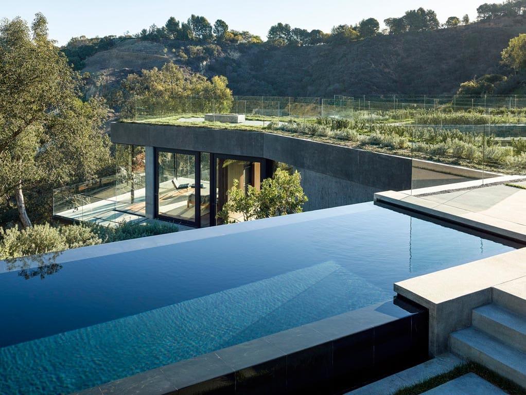 Переливной бетонный бассейн на крыше дома