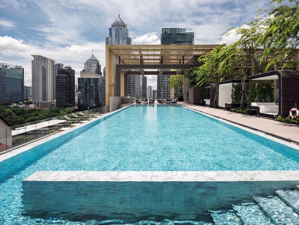 Бетонный бассейн на крыше многоэтажного здания аппартаментов