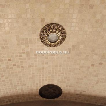 Точечный свтильник для хамама и вентиляционная решетка выполнены в восточном стиле