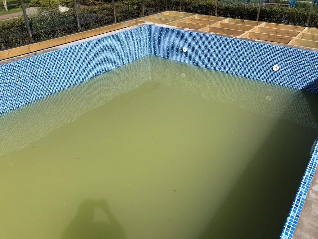 Вода с большим содержанием железа в бассейне