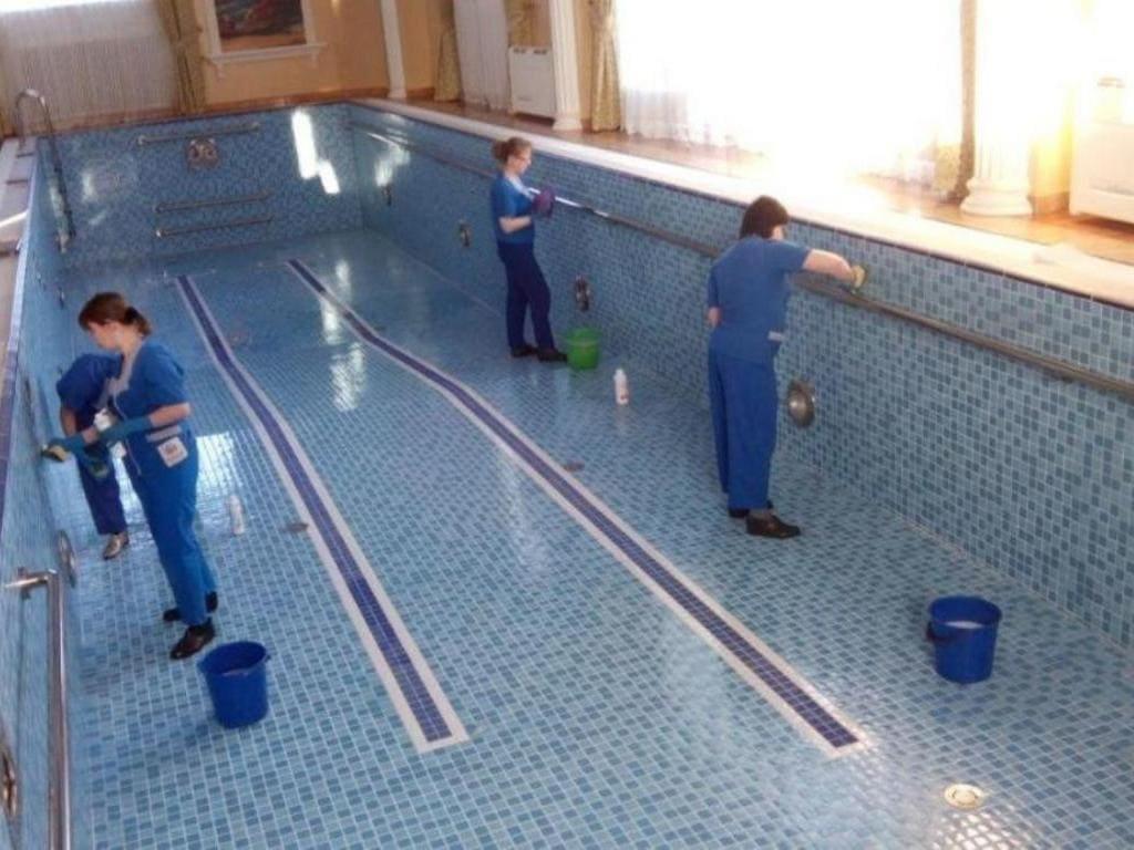 Чистка бассейна со слитой водой