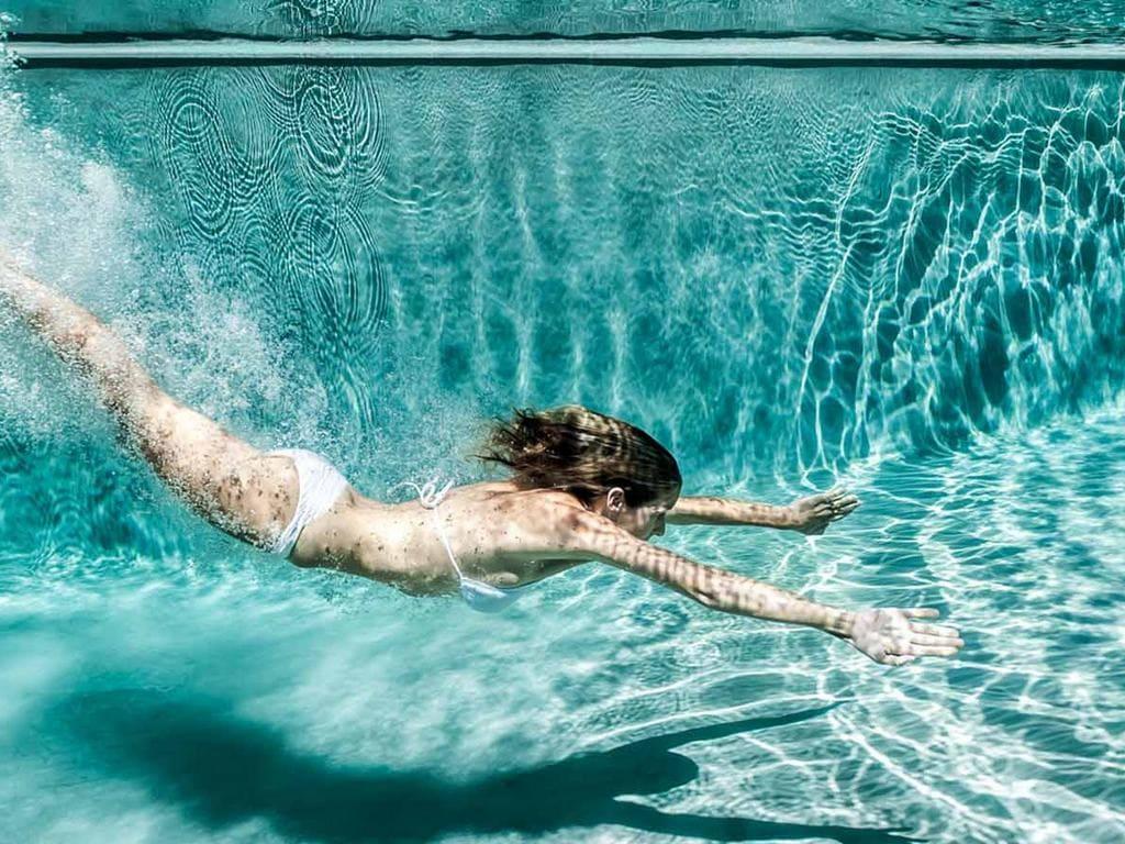 Прозрачная и безопасная вода в бассейне